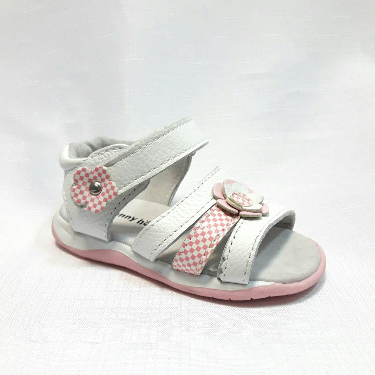 Бели бебешки кожени сандали.