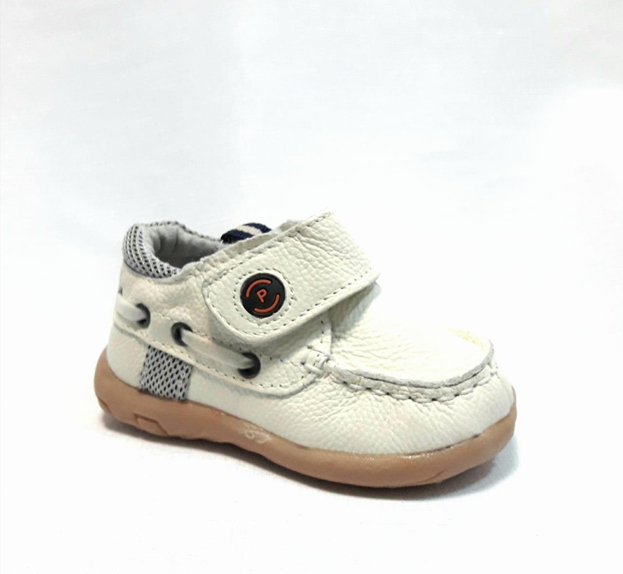 Бели бебешки кожени обувки.