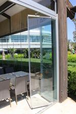 изграждане на сгъваема стъклена врата