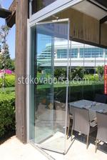 изграждане и монтиране на сгъваема стъклена врата