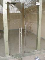 изработка и монтаж на стъклена врата с две крила