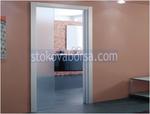 γυάλινη πόρτα με ένα φτερό γυάλινες