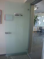 стаклена врата са једним крилом