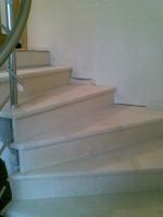 Проектиране и изграждане на стълби с травертинова облицовка