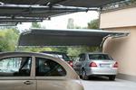 метален навес за два автомобила с покриваща плътна мрежа