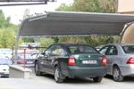 навес от метални профили за 2 автомобила покрит с плътна мрежа