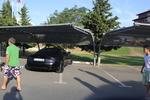 метален навес за един автомобил покрит с плътна мрежа