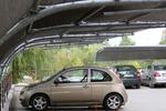 навес от метални профили за много автомобили с плътна покриваща мрежа