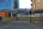 изработка по поръчка на метален навес за много автомобили с покриваща плътна мрежа